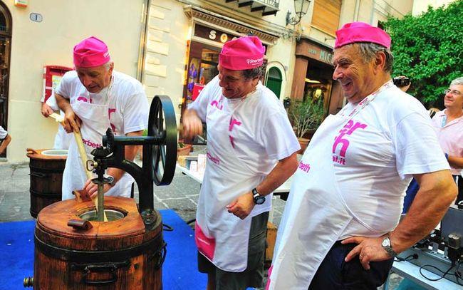 gelatieri zoldani mostrano le antiche tecniche di produzione del gelato