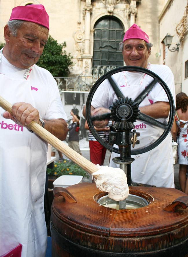 gelatieri zoldani preparano il gelato alla crema